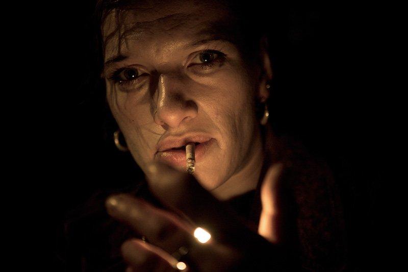 Gros plan sur Katka s'allumant une cigarette
