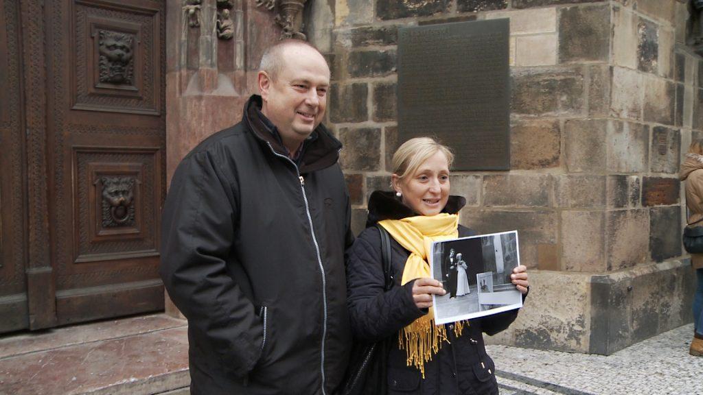 le couple Strnad montre une photo de leur mariage, extrait du film