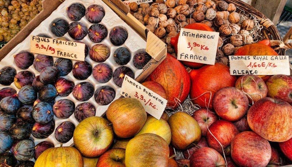 Étal de maraîcher sur un marché d'Alsace