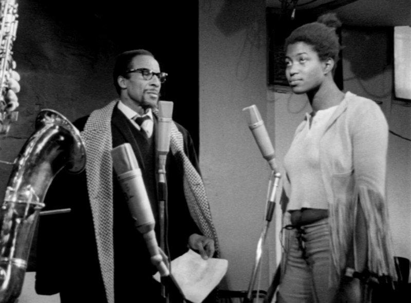 Un homme et une femme lors d'un enregistrement en studio
