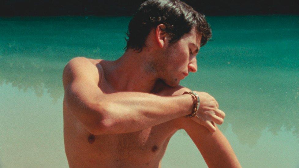 Giacomo, torse nu dans l'eau
