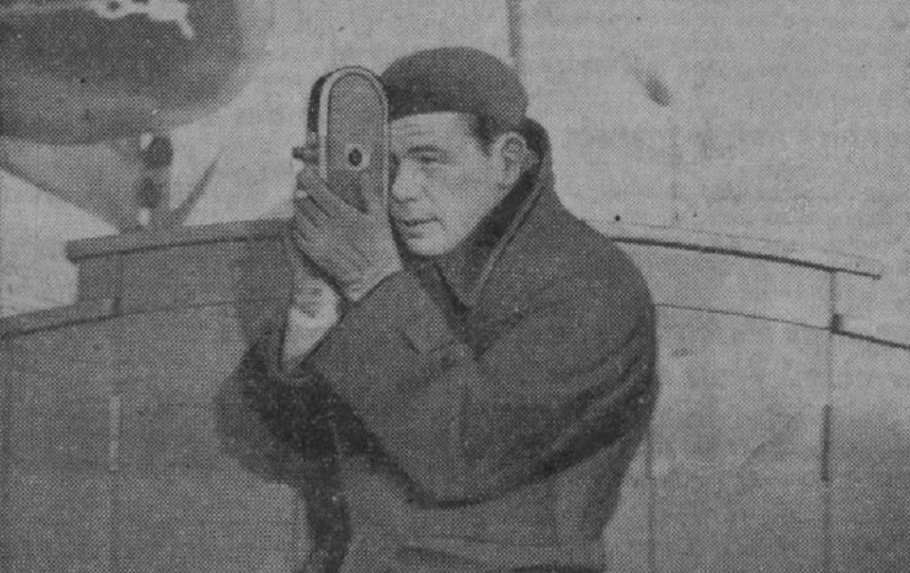 Un photographe tenant son appareil