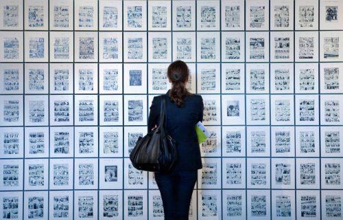 visiteur devant les dessins d'Art Spiegelman