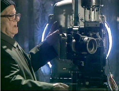 gros plan sur un projectionniste et son projecteur