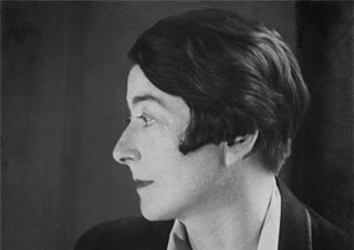 Portrait en noir et blanc et de profil d'Eileen Gray