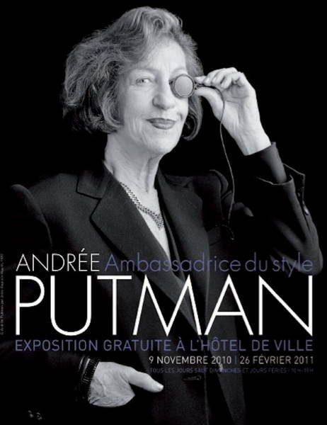 Portrait en noir et blanc d'Andrée Putman portant un monocle