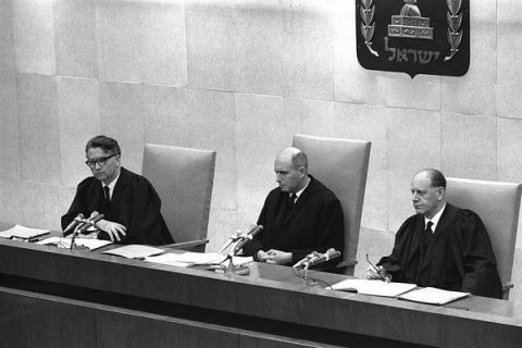 photo d'archives des juges du procès d'Eichmann en 1961