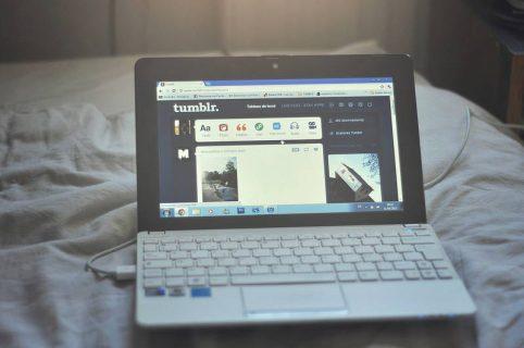 Ordinateur portable affiche le site tumblr