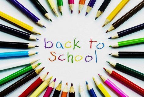 message 'Back to School' entouré de crayons de couleurs