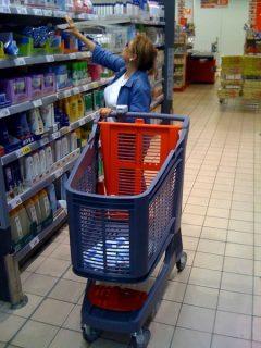 femme avec chariot