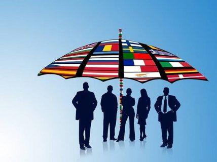 groupe sous un parapluie aux couleurs des drapeaux européens