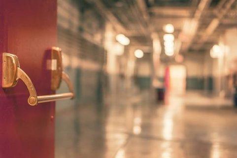Portes ouvrant sur le couloir d'un hôpital