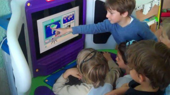 groupe d'enfant sur un logiciel d'apprentissage