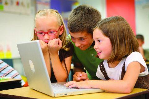 Enfants partageant le même écran d'ordinateur