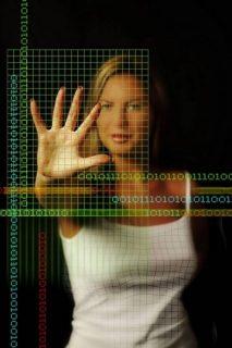 Image numérique d'une jeune femme derrière une grille de modélisation