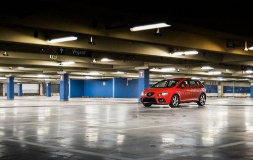 photo d'une voiture stationnée dans un parking souterrain