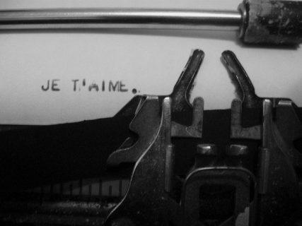 photo d'un message laissé sur une page d'une machine à écrire (je t'aime)