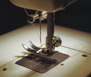 photo/ détail du pied de biche d'une machine à coudre