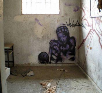 Fresque d'un prisonnier sur le mur d'une cellule de prison