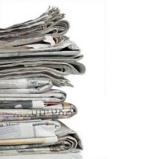 Photo d'une pile de journaux
