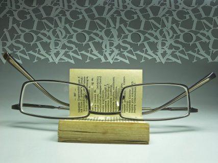 lunette posées sur un livre ouvert