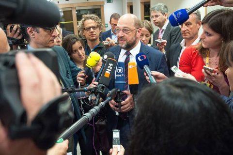 Photo de Martin Schultz président du Parlement européen entouré de journalistes