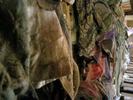 vêtements ensanglantés exposés au Mémorial du génocide