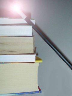 Pile de livres et baguette magique