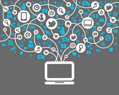 Illustration, ordinateur connecté au réseaux sociaux