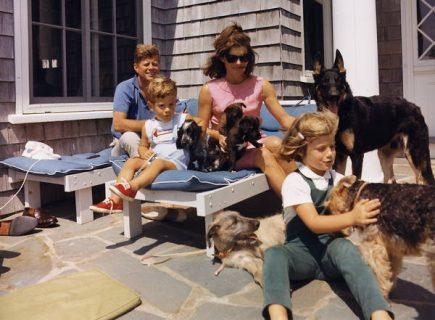 la famille Kennedy avec leurs chiens, en week-end