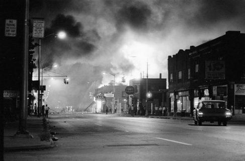 Incendies à Détroit, Michigan, lors des émeutes de juillet 1967. Photographie de Bettman/ Corbis. Encyclopædia Britannica Online