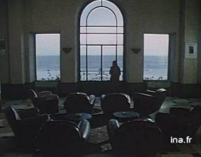 Vue du salon des Roches noires, baie vitrée face à la mer