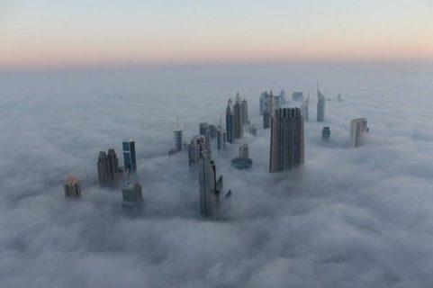 Grattes-ciel de Dubaï dépassant les nuages