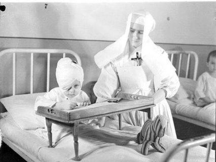 Photo d'un enfant et d'une infirmière chrétienne (1945)