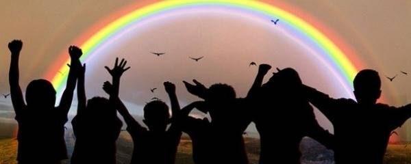 Photo d'enfants devant un arc-en-ciel