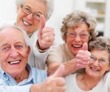Photo de personnes âgées souriantes