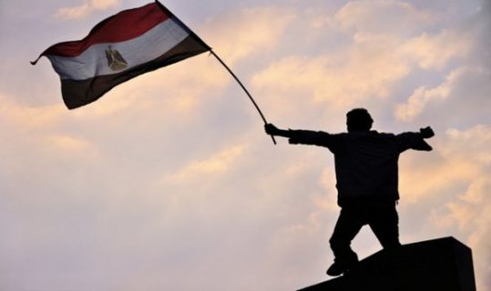 Photo d'un homme portant le drapeau egyptien