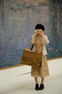 Photo d'une touriste chinoise au Musée de l'Orangerie