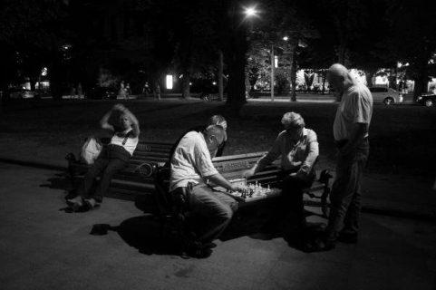 Joueurs d'échecs de nuit sur un banc