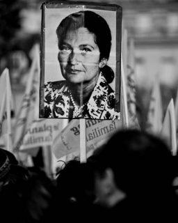 Manifestants brandissant le portrait de Simone Veil