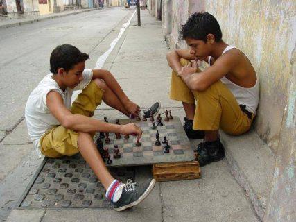 Garçons jouant aux échecs dans une rue de Cuba