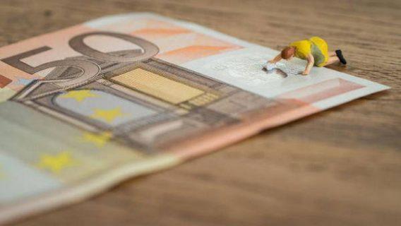 Adoration d'un billet de 50 euros