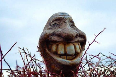 Tête sculptée avec un large sourire