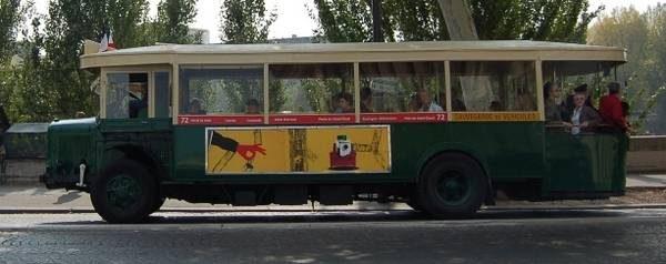 photographie d'un vieil autobus parisien