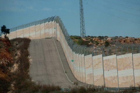 Photographie couleur du mur entre Israël et la Cisjordanie