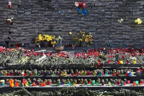 Fleurs et bougies en hommage aux 100 morts dans les manifestations pour la démocratie