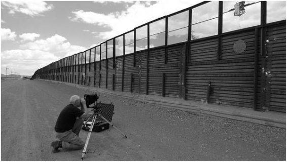 Maurice Sherif photographiant le mur de séparation USA-Mexique, Naco, Arizona. Avec l'aimable autorisation de l'auteur