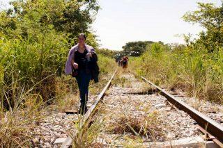 """En octobre 2015, l'Agence des Nations Unies pour les réfugiés alerte sur l'imminence d'une seconde crise des migrants en Amérique centrale. L'étude Women on the run (femmes en fuite), fait état de dizaines de milliers de femmes originaires du Salvador, du Honduras, du  Guatemala et de quelques régions du Mexique fuyant la violence des gangs, souvent seules. Si certaines parviennent jusqu'aux États-Unis, la plupart demandent l'asile dans les pays voisins. Pour en savoir plus sur cette crise régionale, retrouvez sur Balises le dossier consacré à l'exposition """"Amexica""""."""