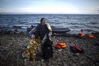 Ce grand reportage initié par le média francophone TV5 Monde s'appuie sur des données chiffrées récentes. C'est une analyse de la spécificité des migrations des femmes dans la problématique actuelle des réfugiés. Les portraits de femmes évoqués dans la vidéo donnent accès à la diversité des raisons du départ et des difficultés du parcours. Une expérience d'intégration réussie en Angleterre ouvre sur la question de l'accueil de ces femmes à leur arrivée.