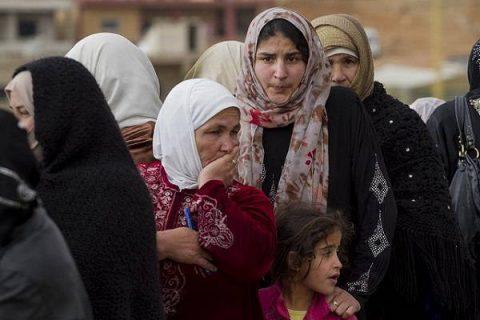 Des femmes syriennes font la queue pour s'enregistrer auprès d'un bureau, à l'extérieur d'Arsal